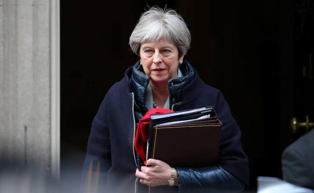 Theresa May sale de Downing Street. /Hannah McKay (Reuters)