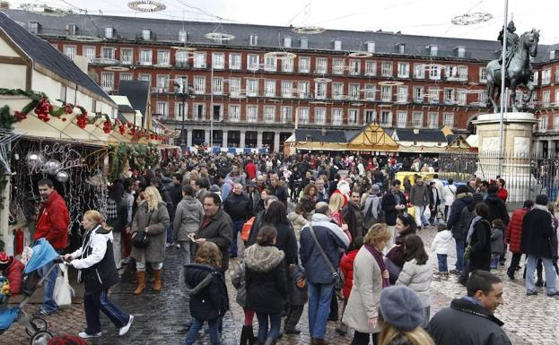 Mercadillo navideño en la Plaza Mayor de Madrid./Efe