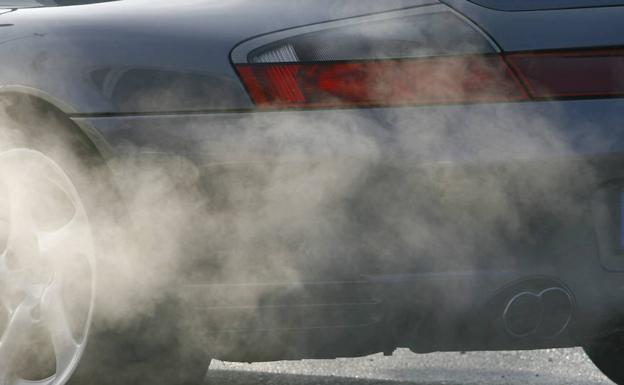 Coche expele dióxido de carbono. /ALEXANDRA BEIER