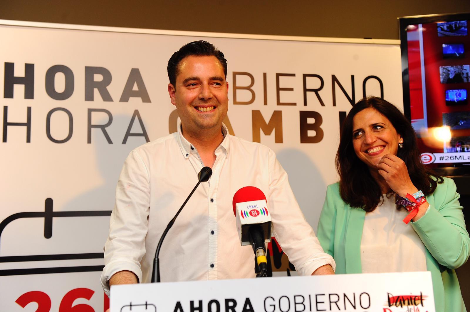 Daniel de la Rosa, ganador de las elecciones municipales al Ayuntamiento de Burgos, junto a Esther Peña, secretaria provincial del PSOE/María González