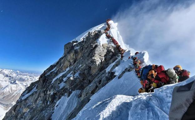Atasco en la subida al Everest. /AFP