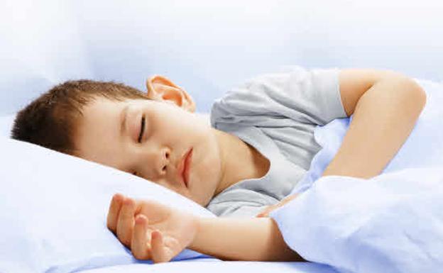 Niño durmiendo en un hospital./