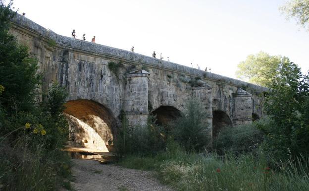 El acueducto de Abánades permite al Canal de Castilla salvar el río a su paso por Melgar de Fernamental.