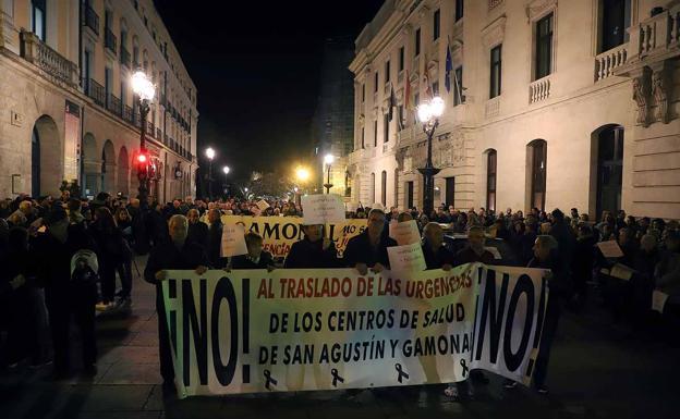 Miles de burgaleses protestan contra la unificación de las urgencias en Burgos. /APM