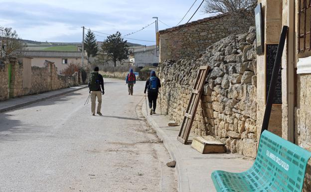 Peregrinos cruzando Hornillos del Camino.