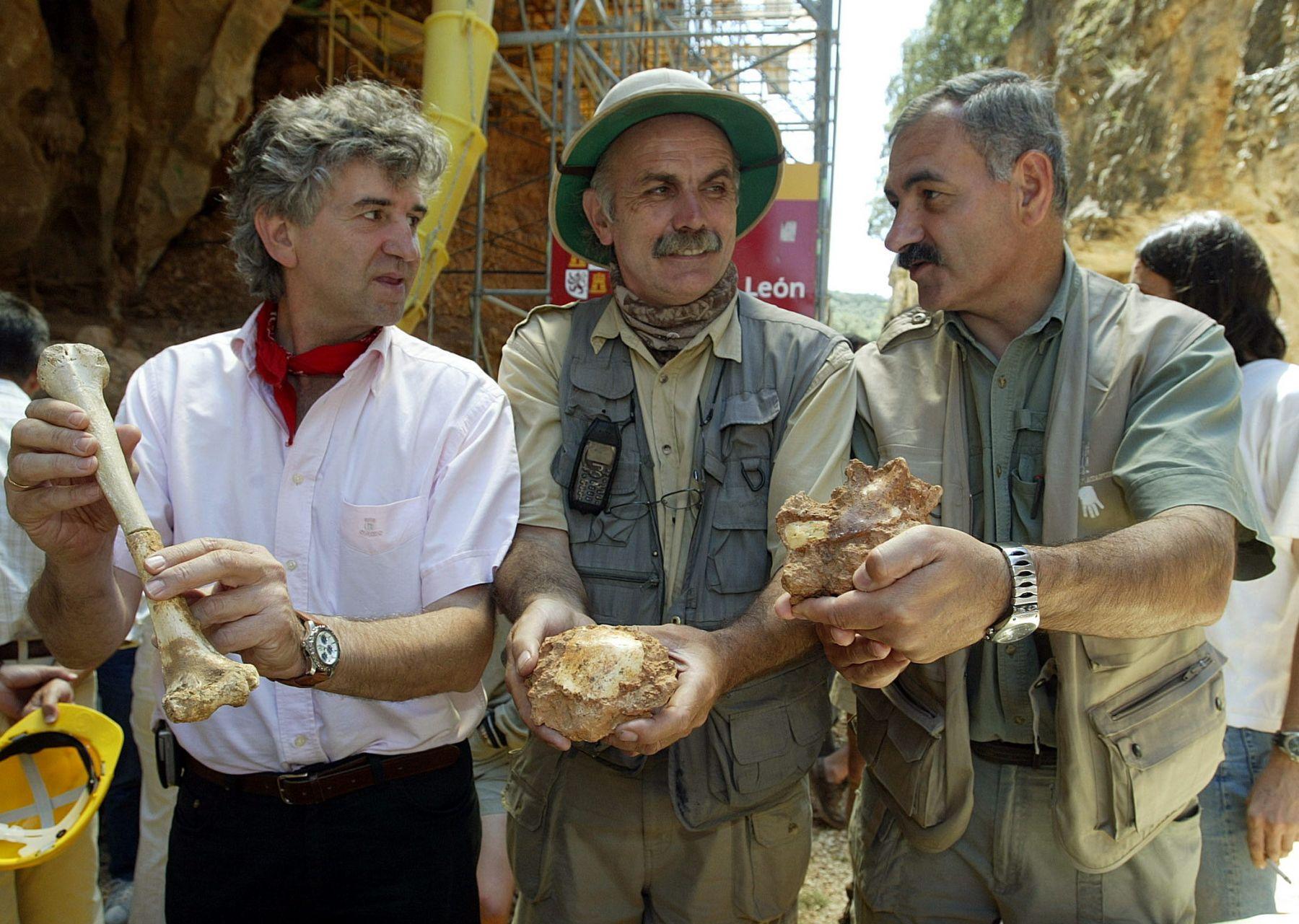 Los tres codirectores mostrando los hallazgos de una campaña.