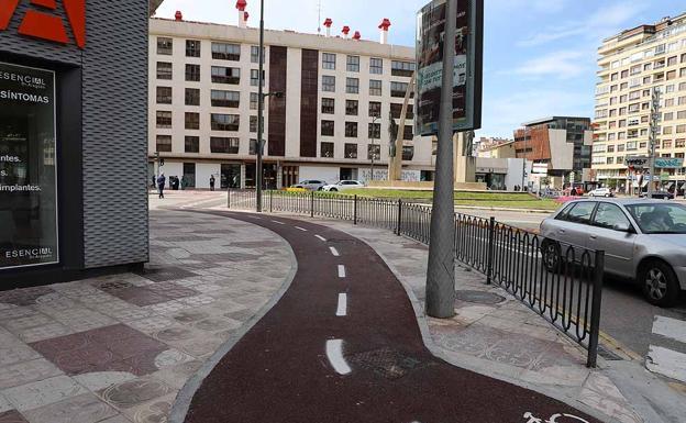 En Reyes Católicos se tuvo que reducir la acera bici porque no se dejaba paso al peatón.